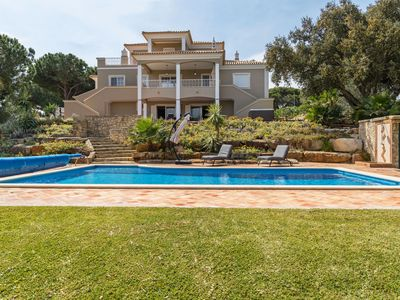 Photo for This 5-bedroom villa for up to 10 guests is located in Quarteira and has a private swimming pool, ai