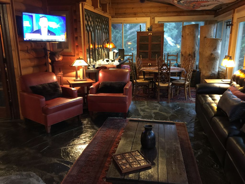 appalachian log cabin on tuckasegee river vrbo lodge style vaulted ceilings in the entertaining living and dinning area
