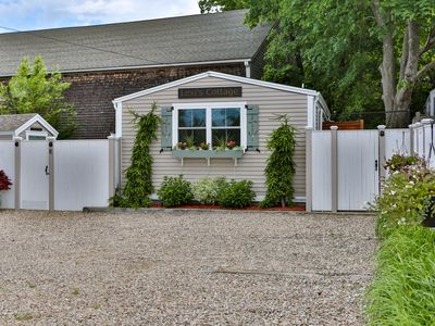 Photo for Charming Freestanding West End Cottage