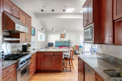 Fully-equipped kitchen with Pro Viking range, Nespresso, high end appliances