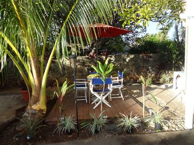 Nice tropical comfortable yard to relax and enjoy a BBQ.
