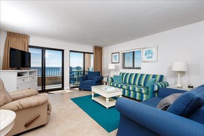 Newly Updated Spacious livng room with balcony!