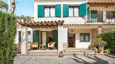 Photo for 4 bedroom Villa, sleeps 7 with WiFi and Walk to Beach & Shops