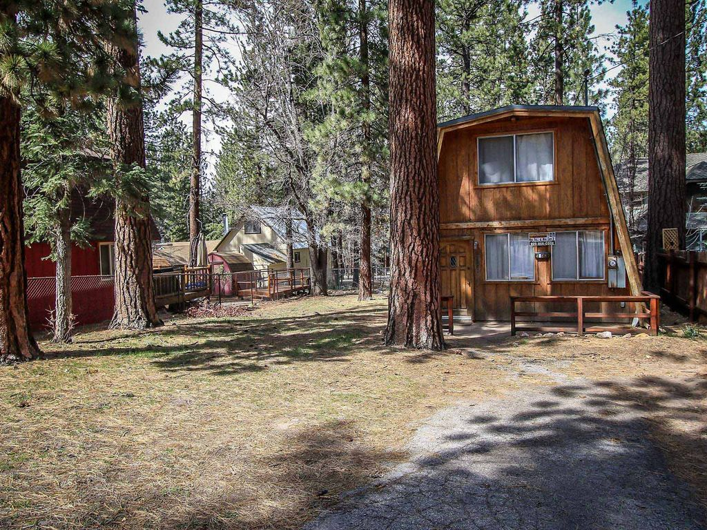 Cedar haus 2 bedroom moonridge cabin sugarloaf big bear for Big bear 2 person cabin