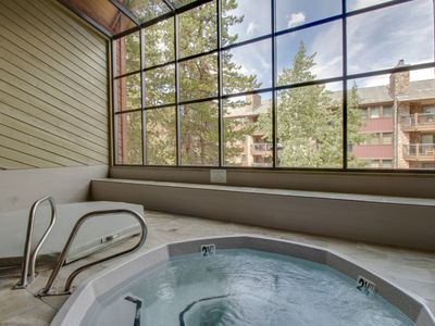 Photo for Mountain condo close to the lifts w/shared pool, hot tub, & sauna