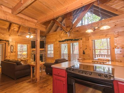 Family-Friendly, Mountain Cabin in beautiful Pigeon Forge!