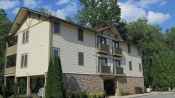 Riverfront/ Easy Walk To Helen.  1BR/IBA  Top Unit  With Beautiful River Views