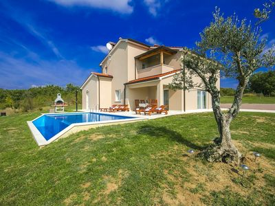Photo for Detached villa with infinity pool, stunning views and 9 km from Motovun