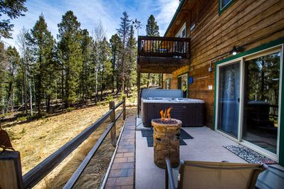 Peaceful starry nights await! 6 person lighted hot tub, lava bowl too!