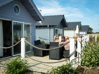 Lovely chalet in safe location, easy walk to beach