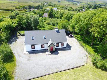Red Deer Cottage in a Stunning Location in the heart of Connemara.(Wi Fi)