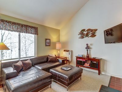 Photo for Bright condo w/ shared pool/sauna/tennis, 2 miles from Sugarbush Resort!