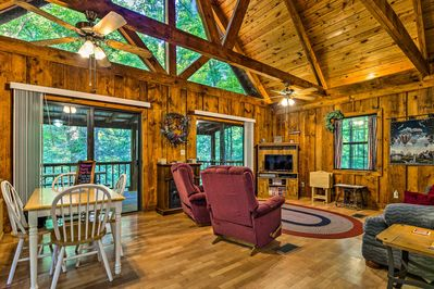 The cabin comfortably accommodates a group of 6!
