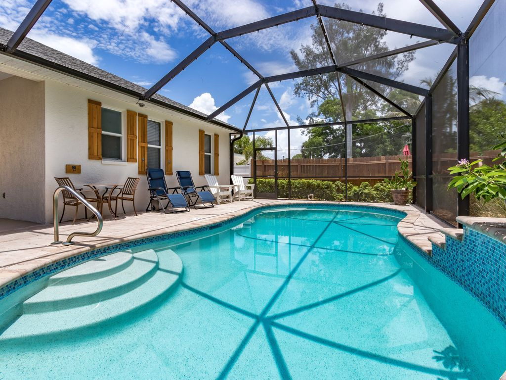 Beach, South facing-Heated Pool, Waterfall, Plenty of Room, sleeps 8, easy  loc. - Naples Park