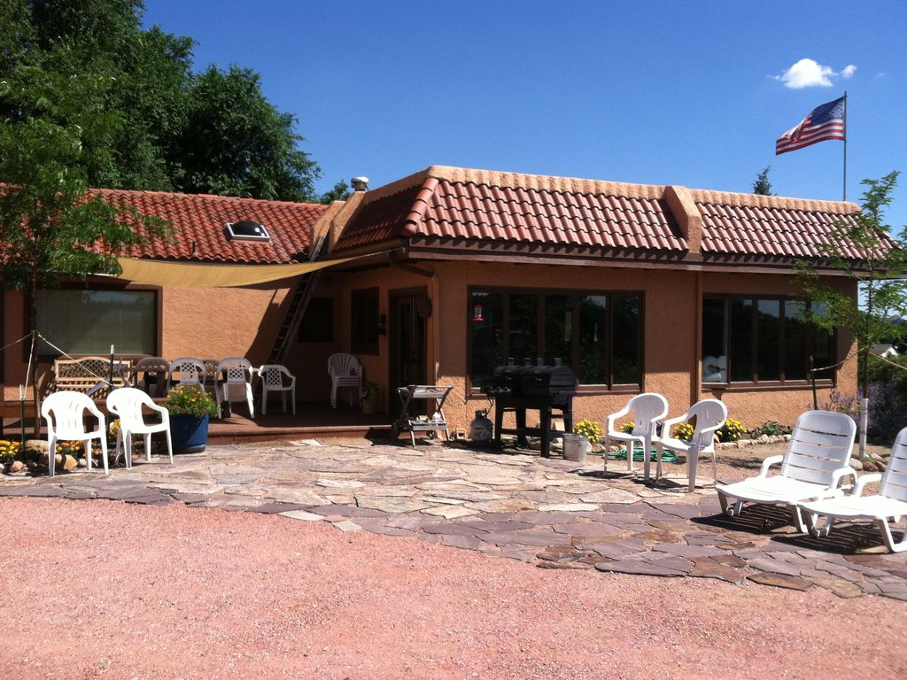 Best location in colorado springs with moun homeaway for Cabin rental colorado springs