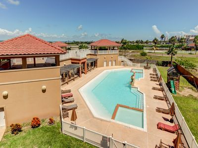 Photo for Updated condo w/ shared pool/hot tub - close to the water park!