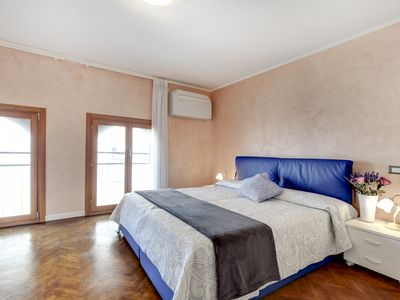 Photo for CANNAREGIO-APARTMENT WITH AIR CONDITIONING IN THE ROOMS, WASHING MACHINE AND WIFI