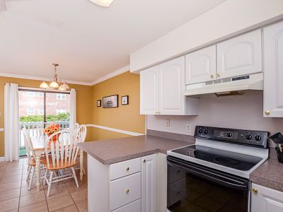 Charming 2 bedroom, 2 bath ocean block condo.