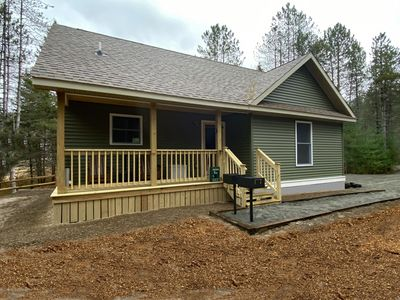Beaver Brook Chalet: Luxury, Hot Tub, Dog-Friendly, Game room with Ping Pong table and Foos Ball, 1.9 miles to Whiteface