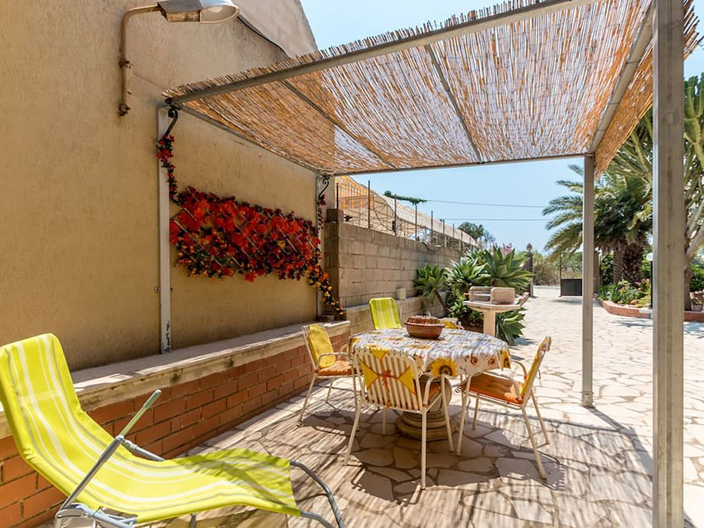 Large studio of 60 mq in villa with garden casale modica for Large garden studio