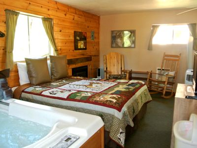 CABIN #5 - WOLF'S DEN (JACUZZI & FIREPLACE)