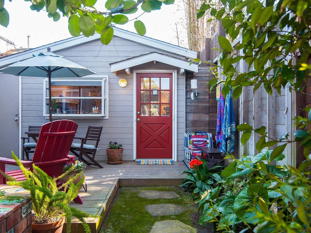 Mermaid Beach Cottage! 1/2 Block From The Beach! Includes Private Patio!
