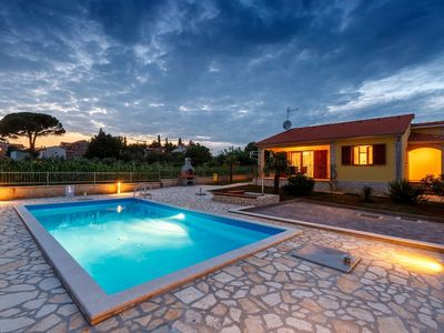 Photo for Well-kept detached villa with private pool and 10 km from the beach
