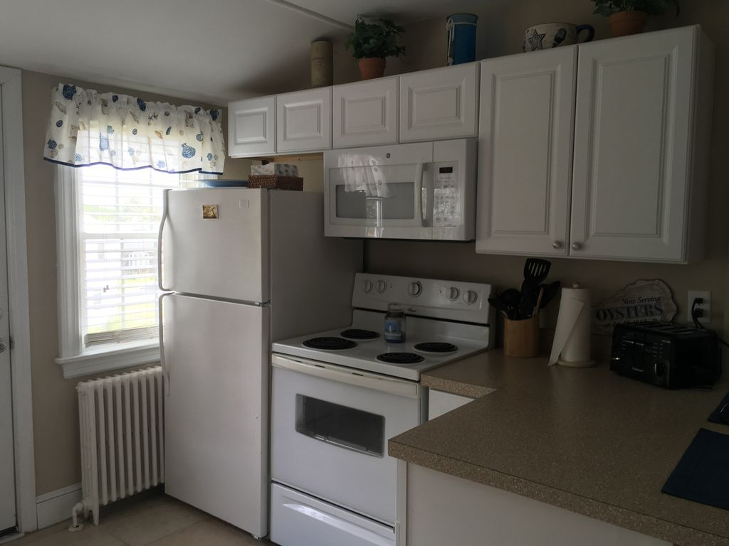 Cozy One Bedroom 2nd Floor Apartment close to downtown Newport and Naval Base..