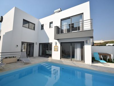 Photo for Modern villa with private pool, near the beautiful beaches of the Silver Coast