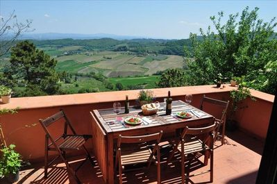 Breakfast, lunch and dinner with lake, vineyard and olive groves in front of you