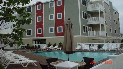 2 oversized pools, hot tubs and kiddie pools just one block from beach/boardwalk