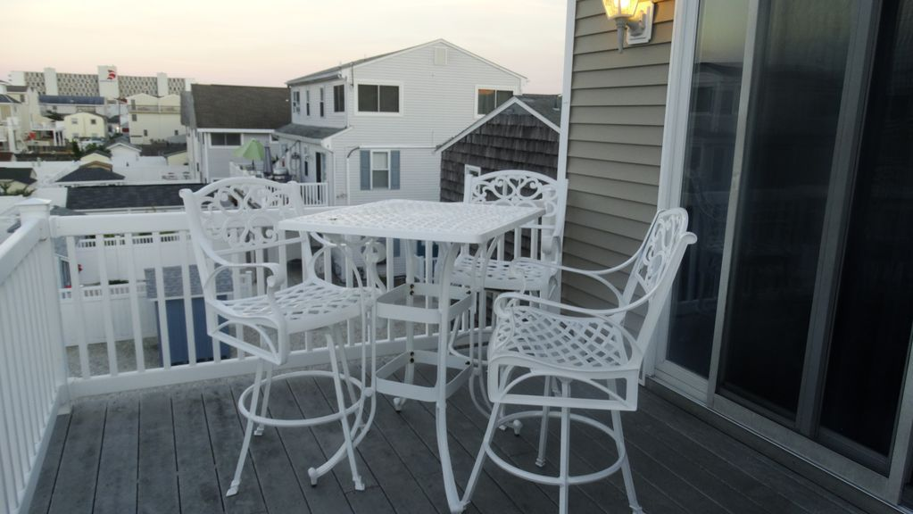 Beautiful Sea Isle City home! 5 BR w/ 3.5 Bath.     Excellent Ratings