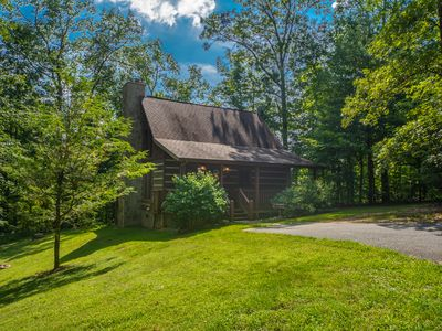 2BR/2BA Chili Bear Cozy Pigeon Forge Cabin in the Smokies with Wi-Fi and Hot Tub