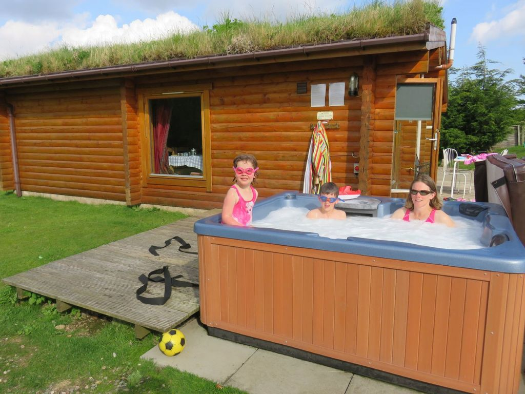 Log cabin with hot tub sauna for 4 5 in the cairngorm for Log cabin with hot tub one night stay