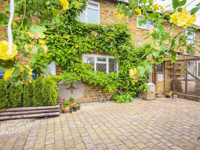 Photo for STONE WHEEL COTTAGE, pet friendly in Hook Norton, Ref 996433