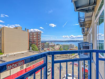 Photo for Gorgeous corner view suite, walk to space needle, shared hot tub & pool!
