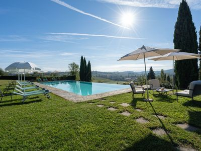 Photo for Cosy apartment for 6 guests with pool, A/C, WIFI, TV, pets allowed and parking, close to Siena
