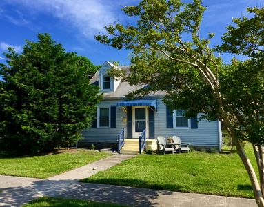 Romantic Cottage getaway. One block to the beach! Views of Bay and Sunset.
