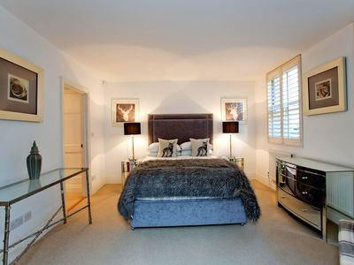 Photo for Modern and stunning South Kensington 2 bed 2.5 bath mews!