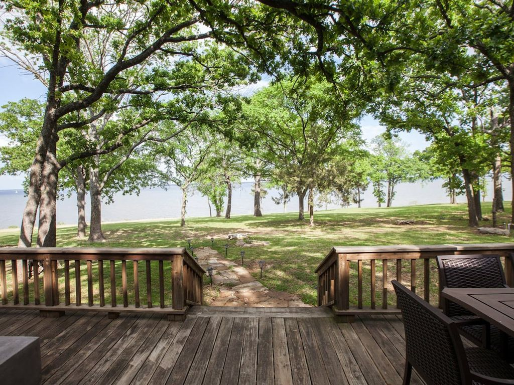 Walk to water lakefront home on lake texo vrbo for Lake texoma cabins with hot tub