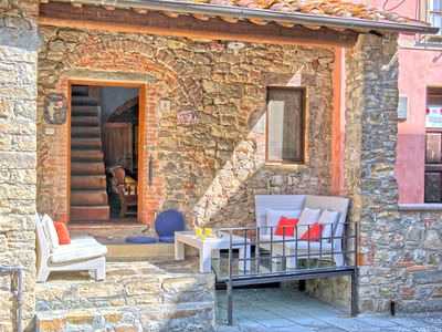 Photo for Stunning private villa with WIFI, A/C, TV, patio, pets allowed and parking, close to Arezzo