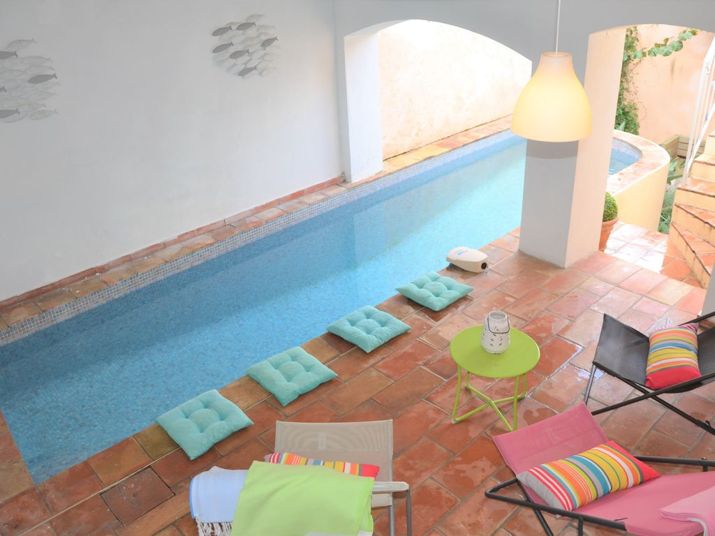 Peacefull village house, private heated pool, free car park, 1min of port