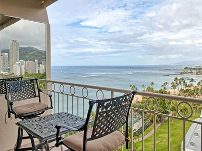 Stylish Suite w/Pacific View, Kitchenette, Free WiFi, Washer/Dryer–Waikiki Shore 1315