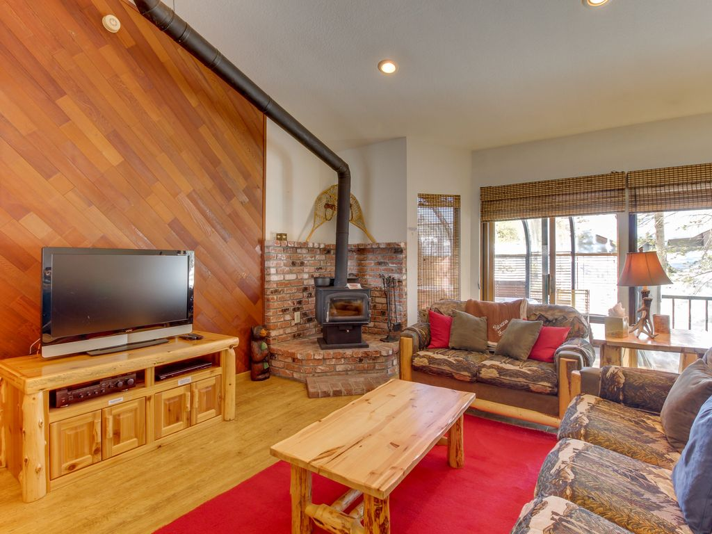 Dog friendly mountain cabin with a fireplace homeaway for Mammoth mountain cabins pet friendly