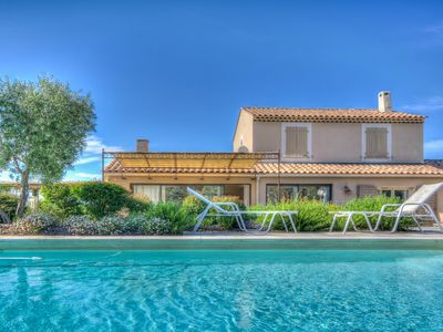 Photo for Splendid air-conditioned Villa withheated pool in Provence at Eygalieres