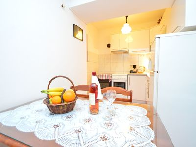 Photo for Cosy apartment for 5 guests with WIFI, A/C, TV, pets allowed and parking