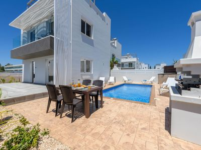 Photo for Delightful 3 bedroom villa, a few meters away from the beach