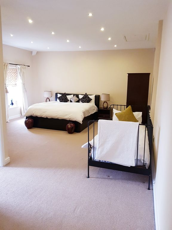 Large Luxury Ensuite Room with Superking & Single Bed in Top Floor  Apartment  - Waterloo