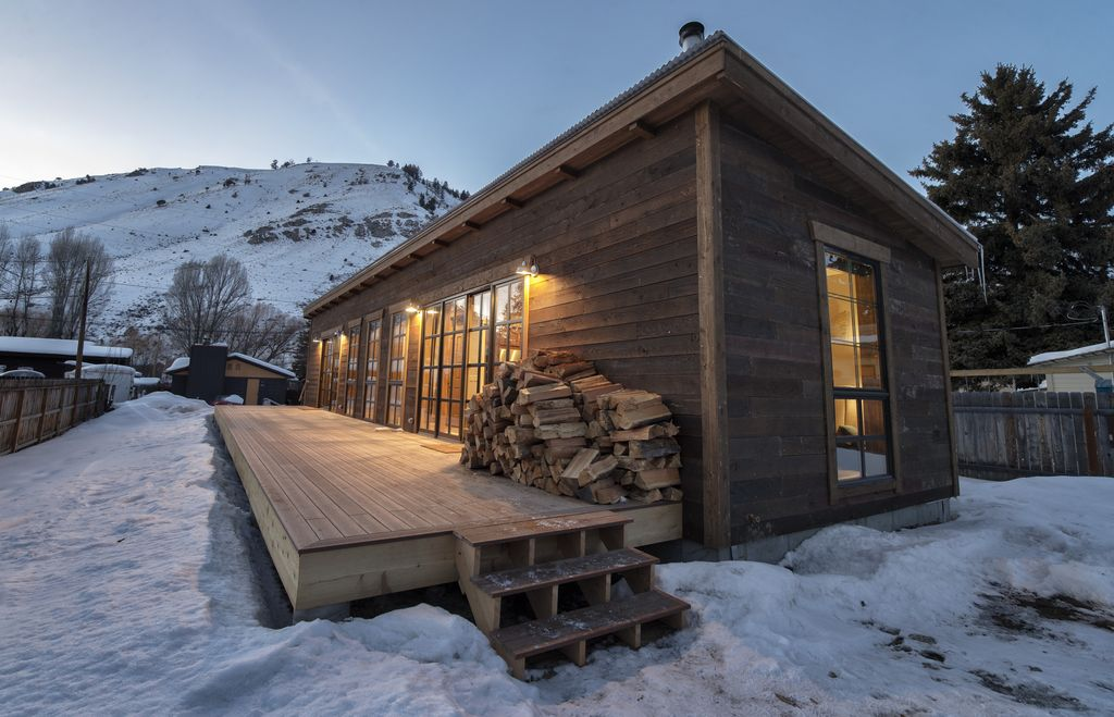 Downtown jackson hole ski cabin 2 blocks from jackson town for Jackson wyoming cabin rentals