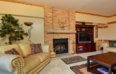 LR: Elegant leather sofas, fireplace, board games and large flat screen HDTV.